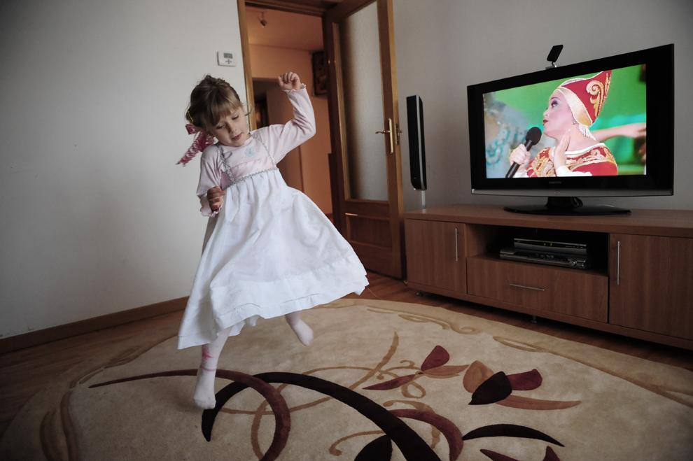 Ana Makarov, în vârstă de cinci ani, fiica unei familii de lipoveni, dansează în timp ce ascultă un post de muzică rusesc, în Tulcea, duminică, 4 aprilie 2010.