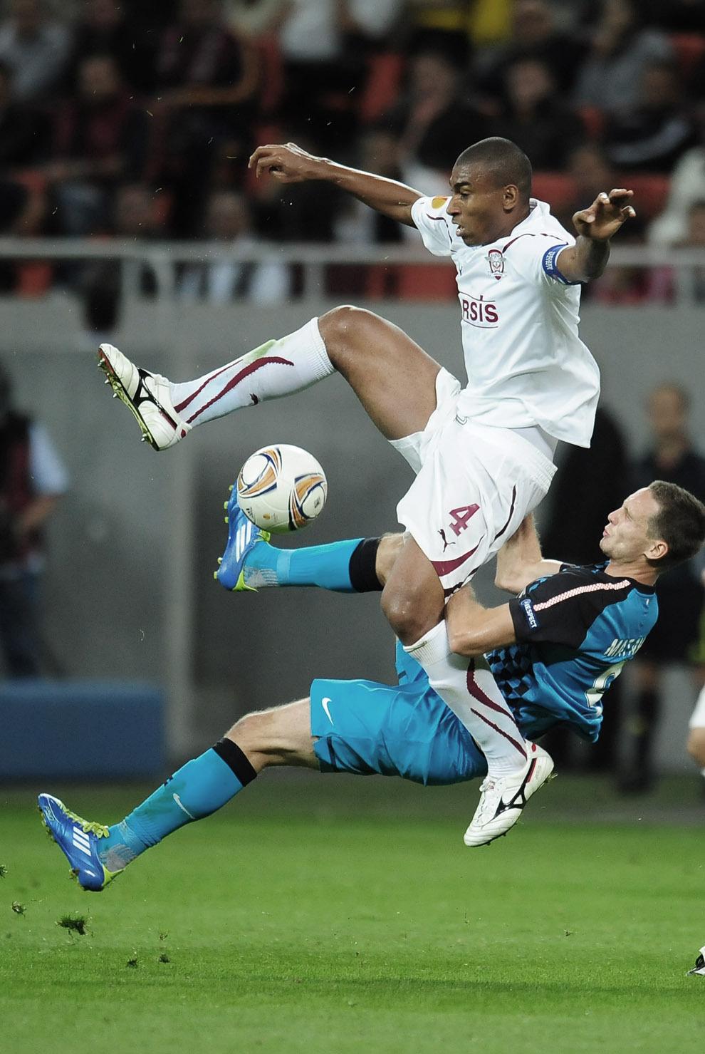 Tim Matavz (D) de la PSV Eindhoven se luptă pentru balon cu Marcos Antonio (sus) de la Rapid Bucureşti, în timpul meciului de fotbal contând pentru UEFA Europa League, desfaşurat în Bucureşti, joi, 29 septembrie 2011.