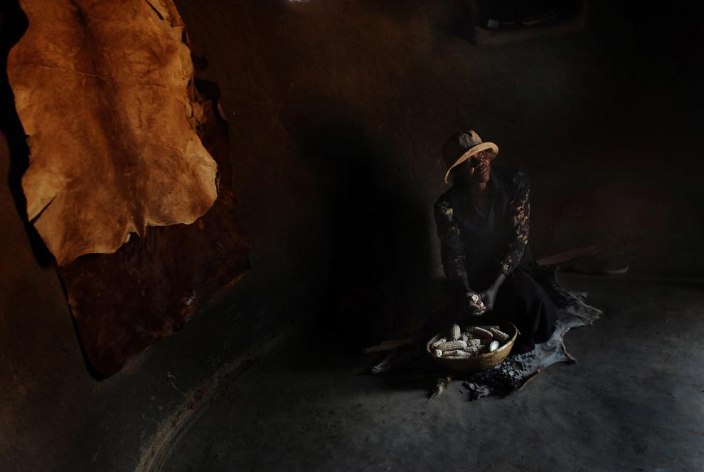 În satele din Zimbabwe, bucătăria este coliba rotundă, făcută din lut şi cu acoperiş din paie. Principala sursă de lumină este uşa, aşa încât oricine intră se poate bucura de umbra şi răcoarea dinăuntru. Pe lângă gătit, aici se desfăşoară majoritatea activităţilor casnice. Aceeaşi colibă e şi cameră de oaspeţi. Decorarea pereţilor defineşte gustul, starea materială şi grija proprietarului pentru casa lui. Oamenii se mândresc cu colibele lor şi pozează în faţa aparatului de fotografiat cu demnitate, în ciuda colapsului economic naţional, a sărăciei generale şi a şomajului cu care se confruntă de 30 de ani.