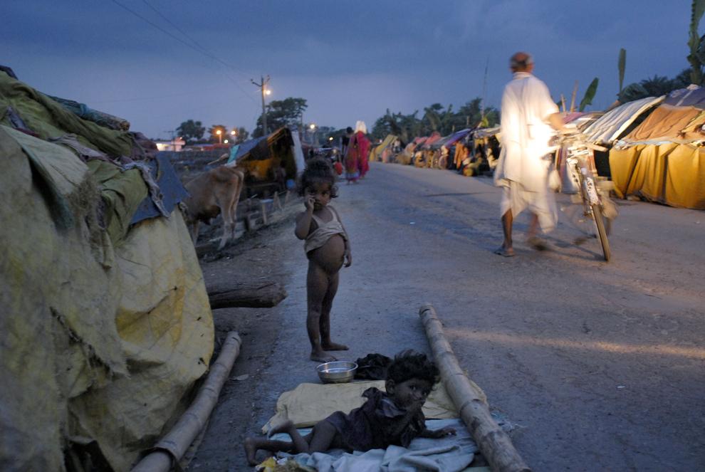 Corturi pentru sinistraţi sunt aşezate în tabăra de sinistraţi din Minapur, în India, luni, 27 august 2007. Ploile torenţiale din anotimpul musonic au provocat, în estul Indiei, cele mai grave inundaţii din ultimele trei decenii.