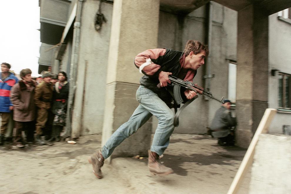 Un luptator civil anti-comunist, înarmat cu un Kalachnikov AK-47, intervine în timpul Revoluţiei Române, duminică, 24 decembrie 1989.