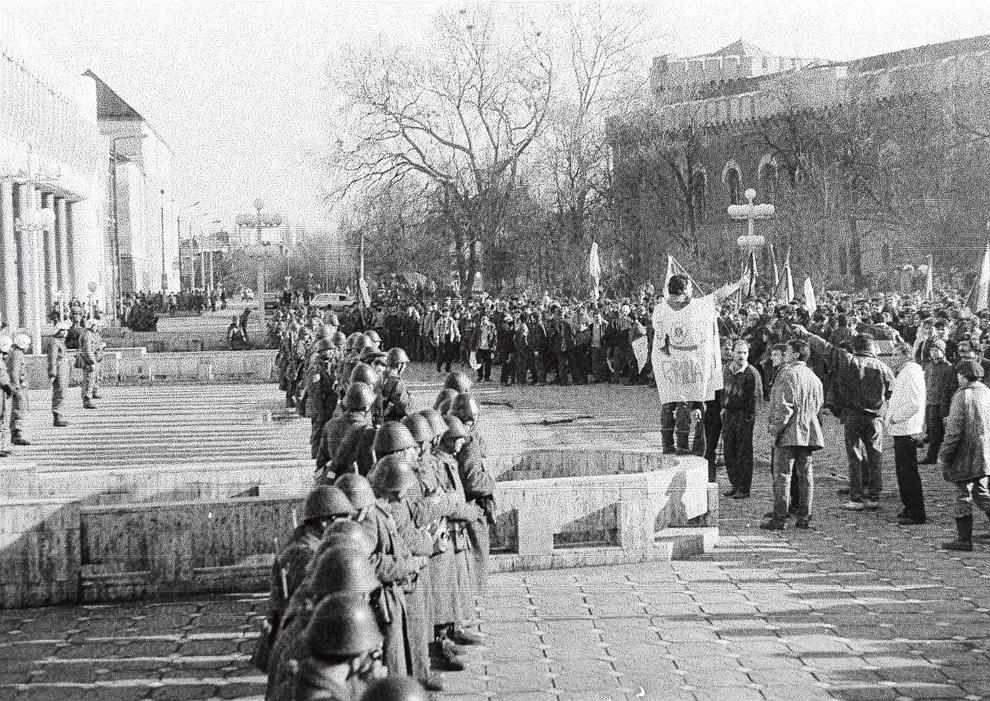 Graniceri blochează accesul în clădirea Operei din Timişoara, miercuri, 20 decembrie 1989.