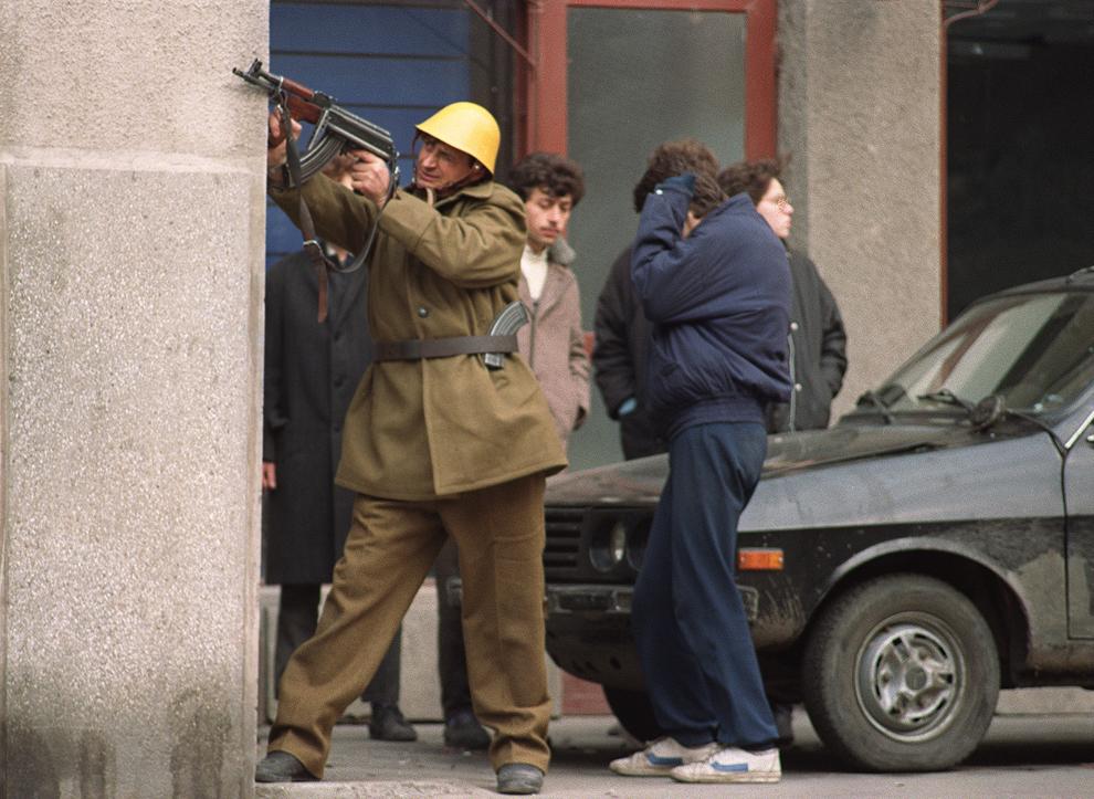 Un soldat român ţinteşte cu arma, în Bucureşti, marţi, 26 decembrie 1989.