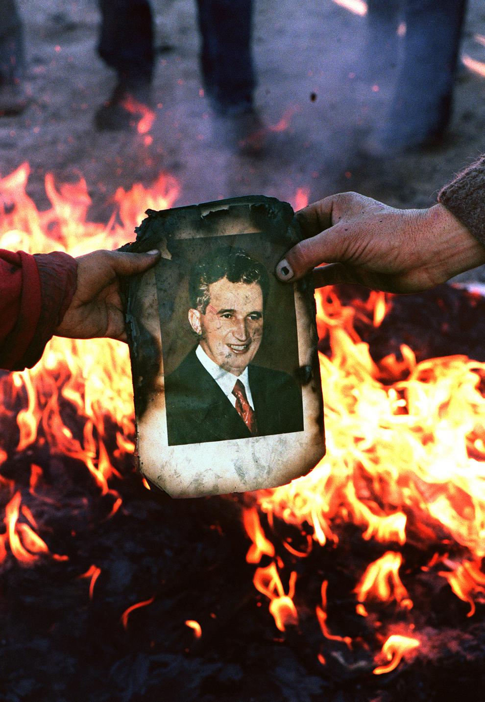 O hârtie cu chipul lui Nicolae Ceauşescu este arsă, în Denta, Timiş, vineri, 22 decembrie 1989.