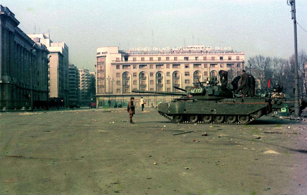 Blindate ale armatei române staţionează în Piaţa Palatului (actuala Piaţa Revoluţiei), în faţa fostului sediu al Comitetului Central al Partidului Comunist Român, în Bucureşti, în timpul evenimentelor din decembrie 1989.