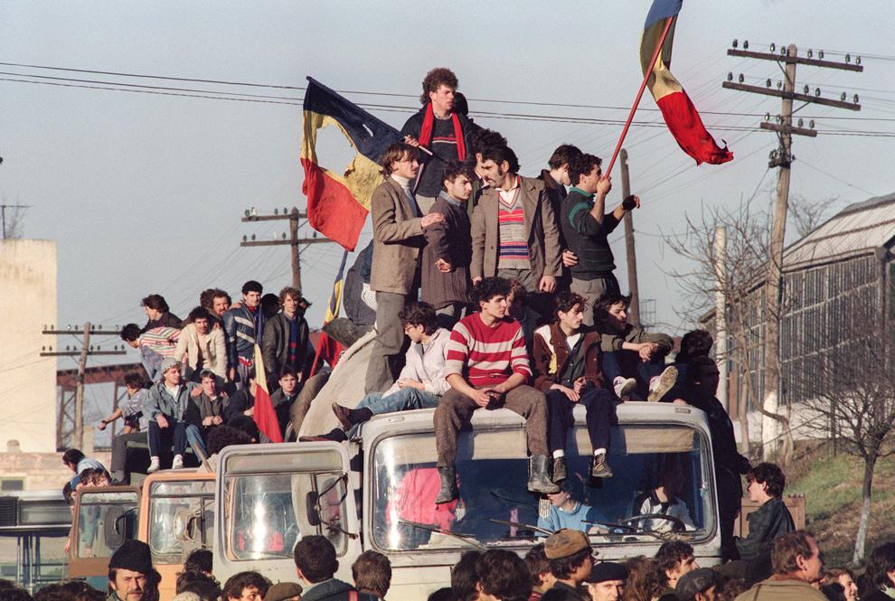 Mai mulţi oameni participă la Revoluţia Română, în Denta, Timiş, vineri, 22 decembrie 1989.