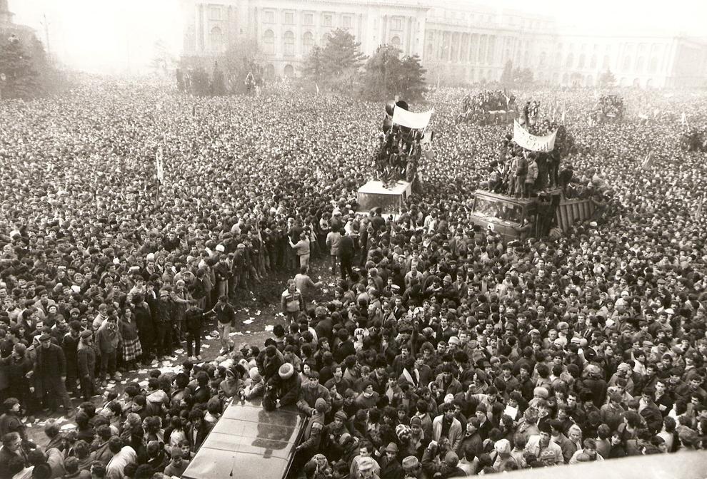 Zeci de mii de oameni sunt stânşi în faţa sediului CC al PCR, în Bucureşti, vineri, 22 decembrie 1989.