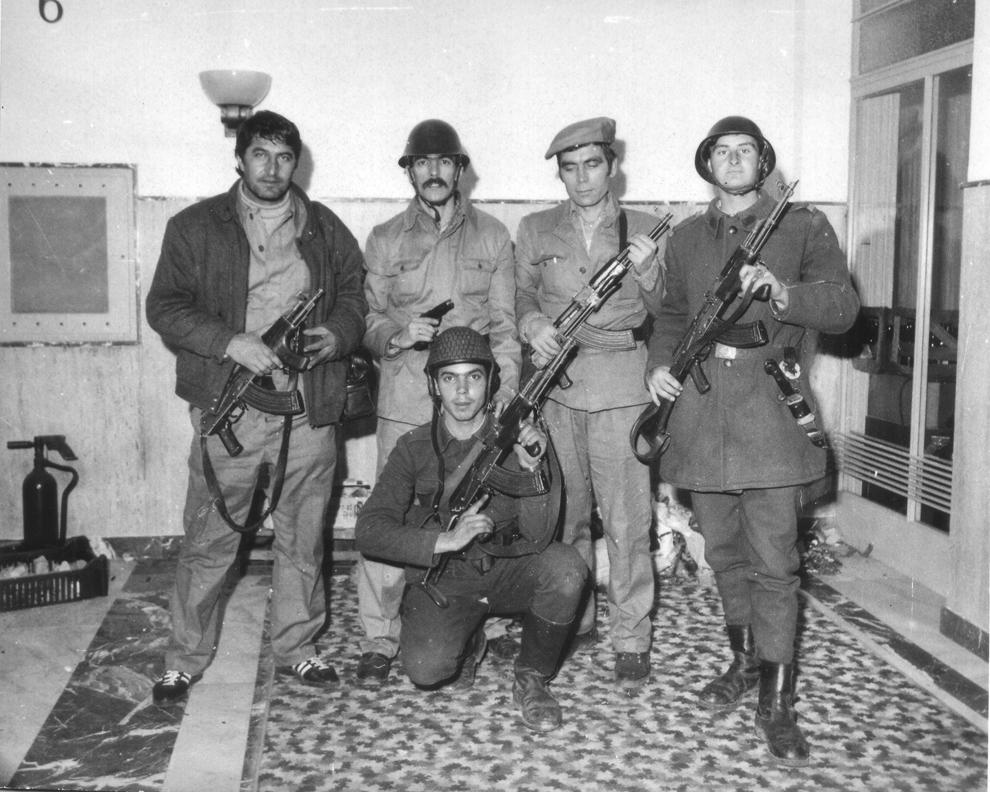 Militari ai armatei române şi civili înarmaţi pozează, în Bucureşti,  în timpul evenimentelor din decembrie 1989.