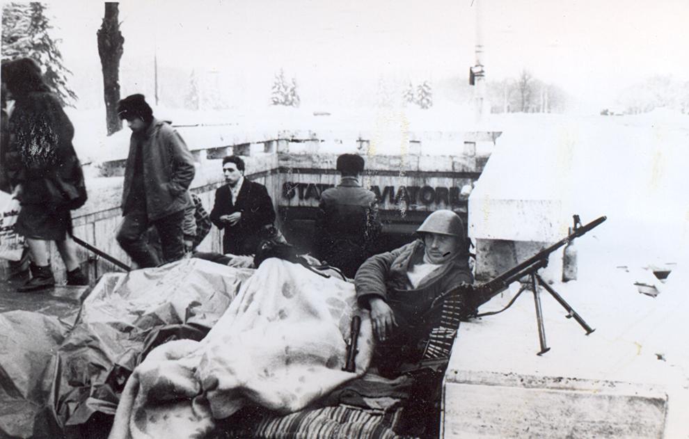 Un soldat român apără una dintre ieşirile staţiei de metrou Aviatorilor, în Bucureşti, în timpul evenimentelor din decembrie 1989.