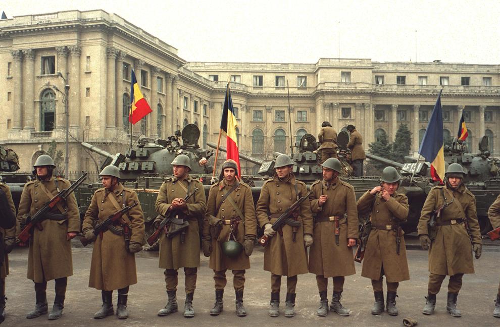 Soldaţi ai Armatei Române păzesc sediul Comitetului Central al Partidului Comunist Român, în Bucureşti, marţi, 26 decembrie 1989.