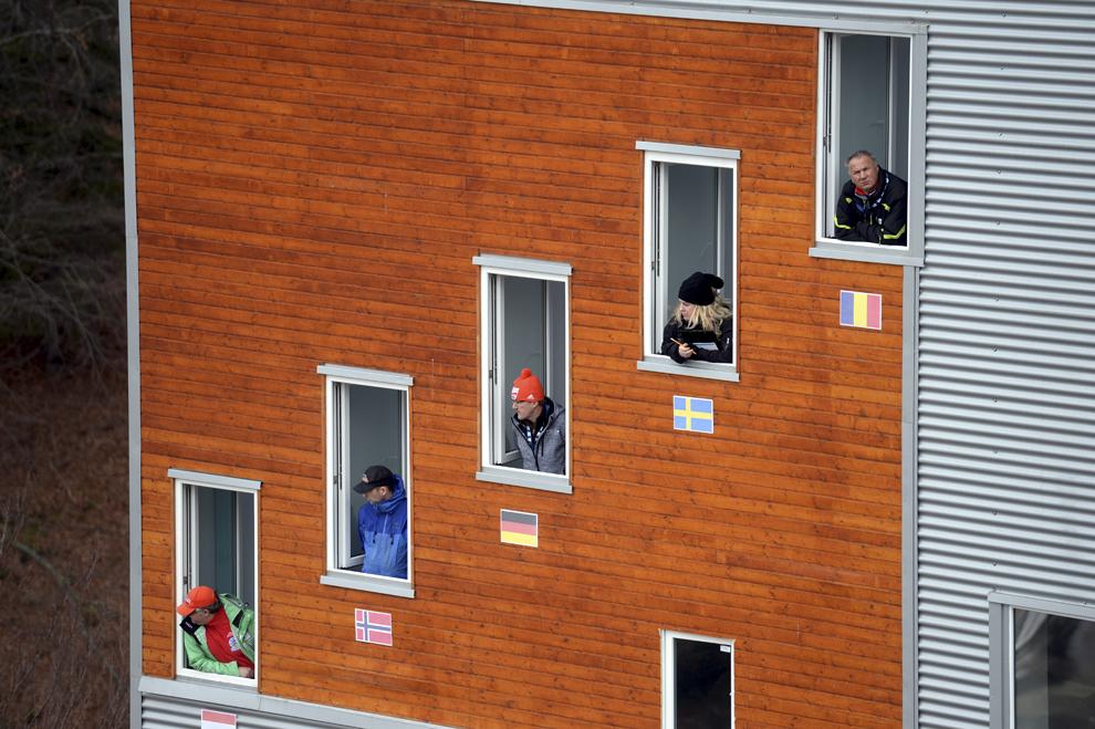 Arbitrii urmăresc evoluţia sportivilor în cea de a doua etapă de Cupă Mondială Feminin la sărituri cu schiurile, la Râşnov, duminică, 2 martie 2014.