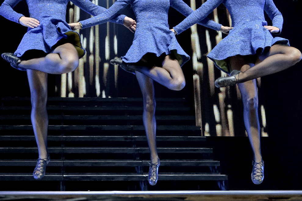 Artişti din Trupa Lord Of The Dance dansează, în timpul spectacolului organizat la Sala Palatului din Bucureşti, vineri, 14 martie 2014.