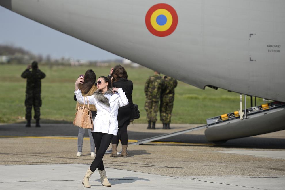 O tânără îşi face selfie lângă un avion C-130 Hercules, în timpul Zilei Porţilor Deschise, organizate la Baza 90 Transport Aerian, cu ocazia aniversării a 10 ani de la aderarea României la NATO, în Otopeni, judeţul Ilfov, miercuri, 2 aprilie 2014.