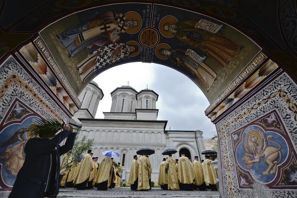 Preoţi aşteaptă începerea pelerinajului cu prilejul sărbătorii de Florii, organizat de Patriarhia Română şi Arhiepiscopia Bucureştilor, în Bucureşti, sâmbătă, 12 aprilie 2014.