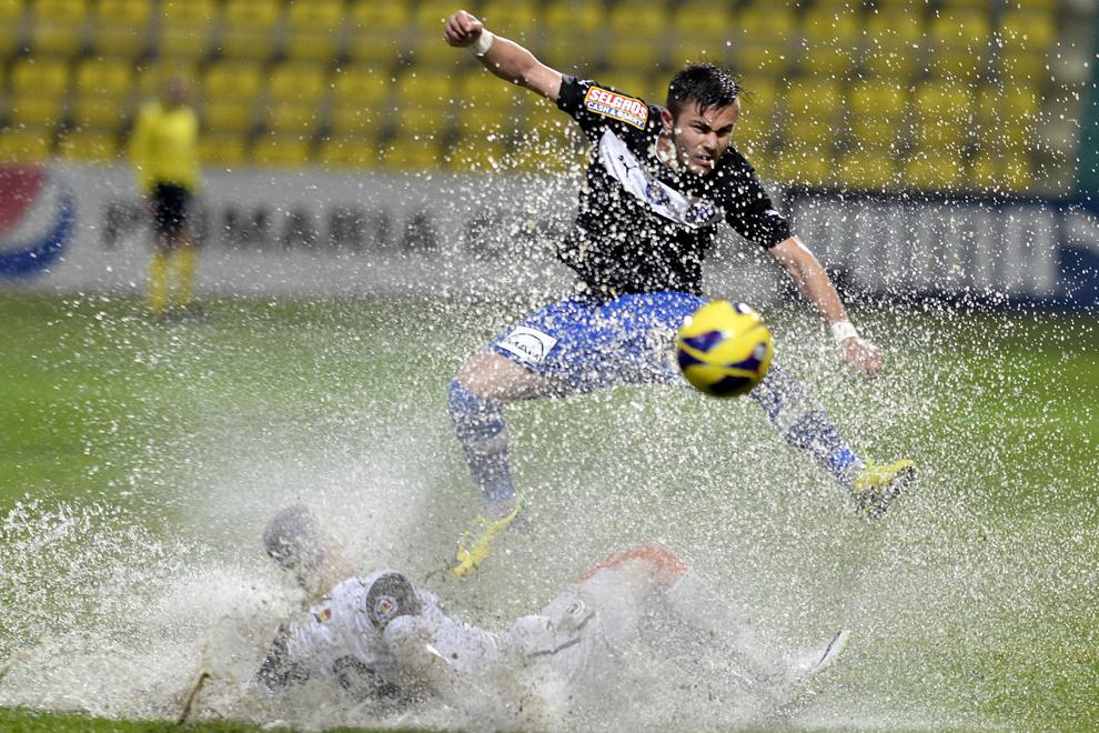 Alin Toşca, de la FC Viitorul, se luptă pentru balon cu un jucător de la Universitatea Cluj, în timpul meciului contând pentru etapa a XXX-a a Ligii I, disputat la Chiajna, duminică, 4 mai 2014.