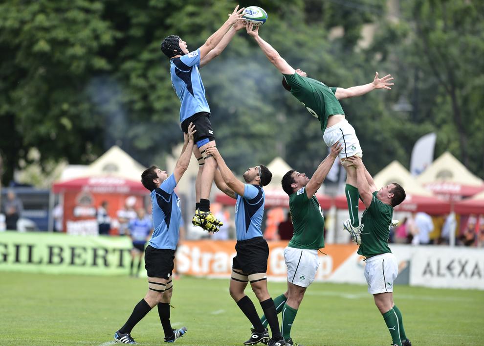 """Faza de joc în meciul de rugby Irlanda - Uruguay, din cadrul IRB Nations Cup, disputat pe stadionul """"Arcul de Triumf"""", în Bucureşti, miercuri, 18 iunie 2014."""