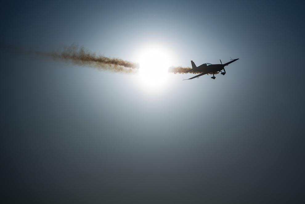 """Avioane fac o demonstraţie, în timpul spectacolului aviatic """"Zbor în Crepuscul"""", în cadrul Bucharest International Air Show & General Aviation Exhibition (BIAS), pe Aeroportul Internaţional Bucureşti Băneasa """"Aurel Vlaicu"""", duminică, 22 iunie 2014."""