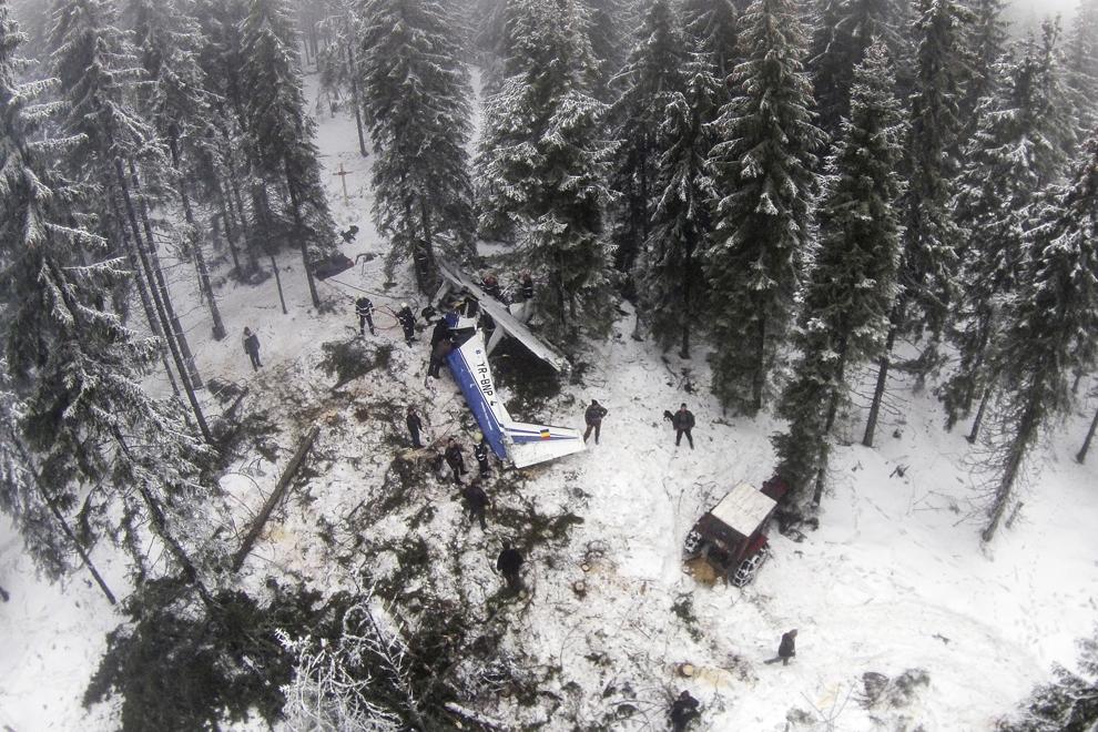 Epava avionului de mici dimensiuni prăbuşit, luni, 20 ianuarie 2014, la limita dintre judeţele Alba şi Cluj, în zona vârfului Petreasa, o regiune muntoasă din Apuseni, poate fi văzută, miercuri, 22 ianuarie 2014. Avionul avea la bord şapte persoane - medici, asistenţi şi personalul aeronavei. Aparatul de zbor a decolat din Bucureşti şi se îndrepta spre Oradea, pentru a preleva organe pentru transplant.