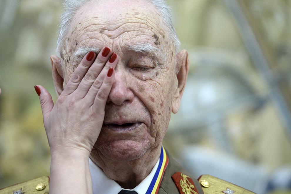 Veteranul de război, Iacob Nicolae Dobrovie, care a luptat în al doilea război mondial,  plânge la sfărşitul ceremoniei în care a fost avansat în grad de general, la Ministerul Apărării Naţionale din Bucureşti, joi, 7 mai 2015.