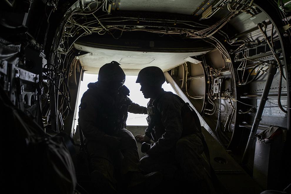 Militari americani discută în timpul unui zbor cu aparatul de zbor hibrid - Osprey, în timpul exerciţiului Platinum Eagle – 15, desfăşurat la poligonul Babadag, judeţul Tulcea, marţi, 26 mai 2015