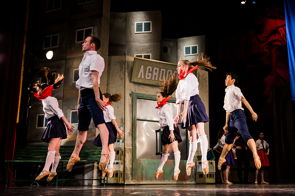 """Balerini ai Teatrului de Balet Sibiu evoluează în spectacolul """"Sunt o babă comunistă !"""", pe şcena Casei de Cultură a Sindicatelor din Sibiu, miercuri, 27 mai 2015."""