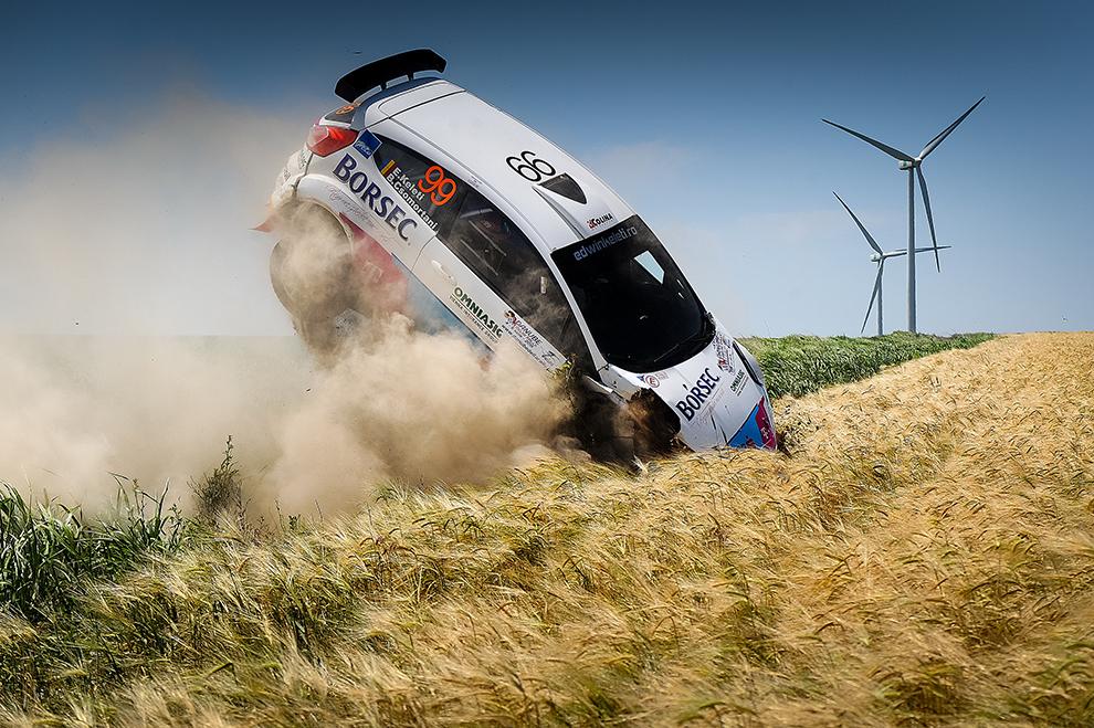 Maşina condusă de echipajul Keleti Edwin/Csomortani Botond este accidentată în timpul Danube Delta Rally, în Tulcea, vineri, 5 iunie 2015.