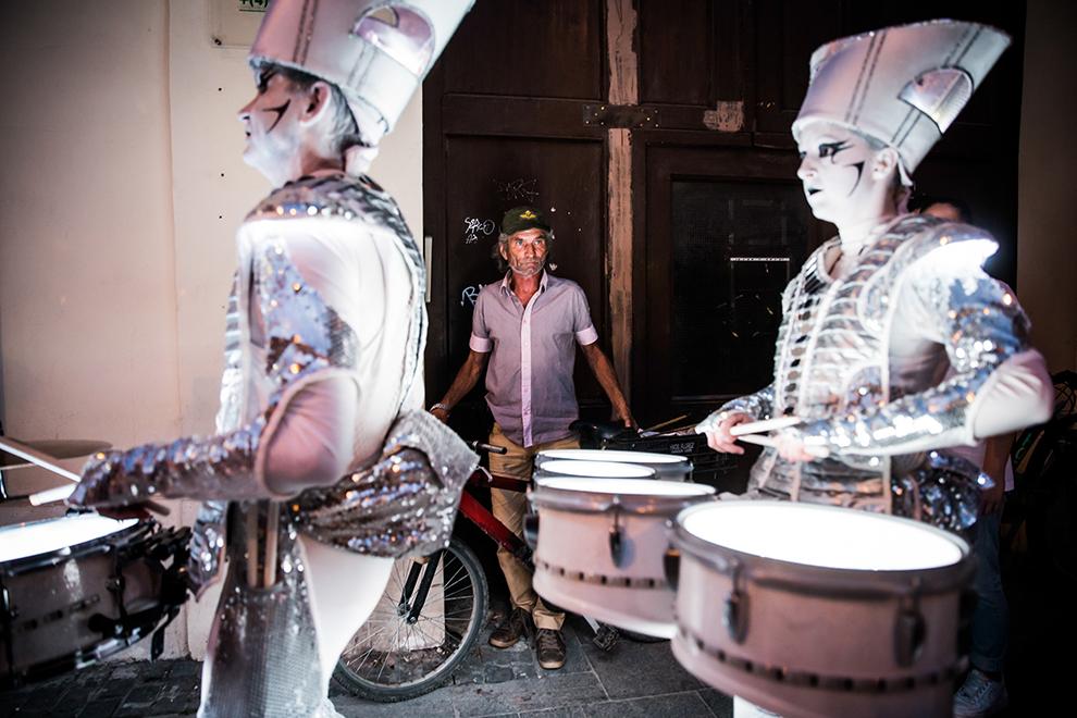 Compania Worldbeaters Music (UK), prezintă spectacolul de stradă 'Spark!', în cadrul Festivalului Internaţional de Teatru de la Sibiu, pe bulevardul Nicolae Bălcescu din Sibiu, luni, 15 iunie 2015.