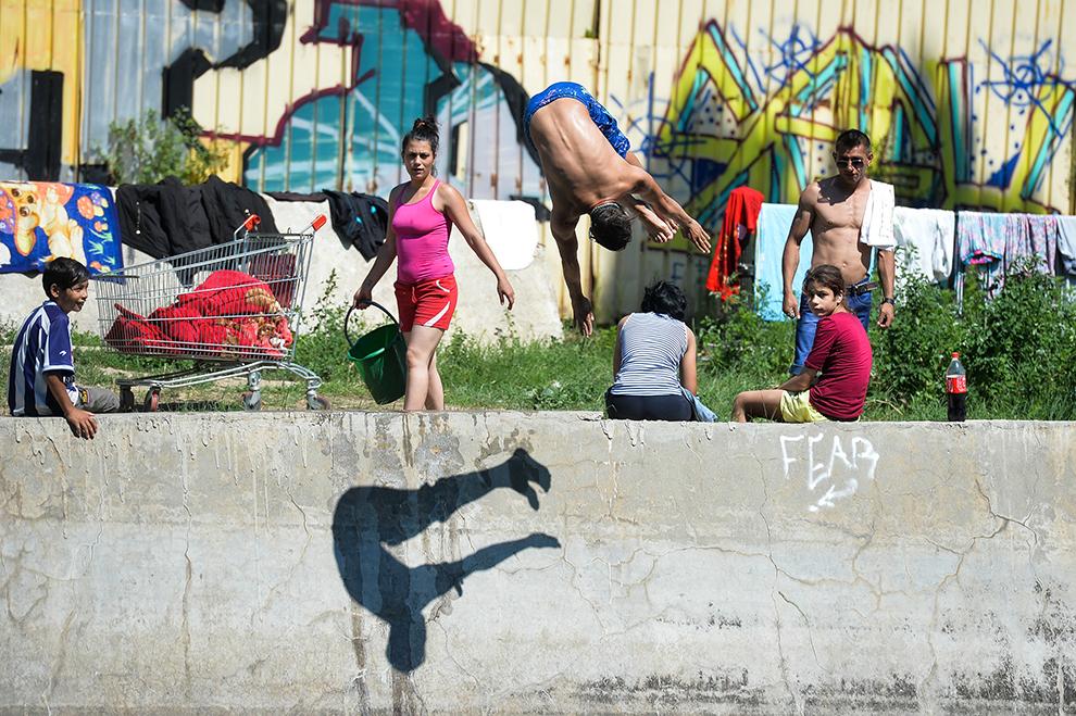 Un tânăr se scaldă în râul Dâmboviţa din Bucureşti, luni, 6 iulie 2015.