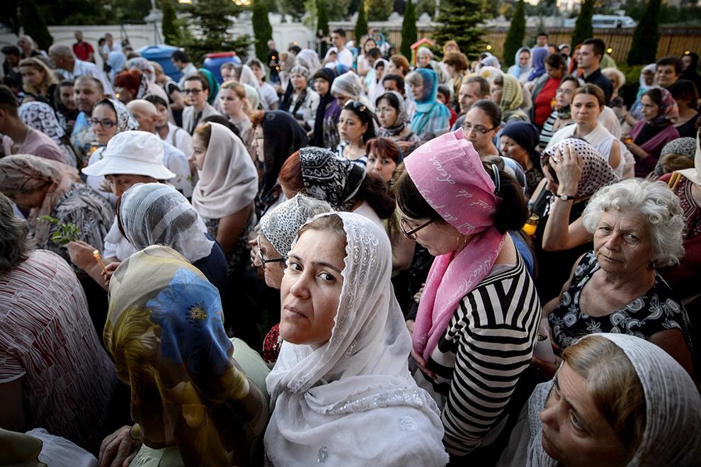 """Credincioşi creştin ortodocşi participă la o procesiune a Icoanei Maicii Domnului Prodromiţa, în timpul cinstirii Sfintei Icoane """"Prodromiţa"""" de la Muntele Athos, la Paraclisul Catedralei Mântuirii Neamului din Bucureşti, sâmbătă, 11 iulie 2015."""