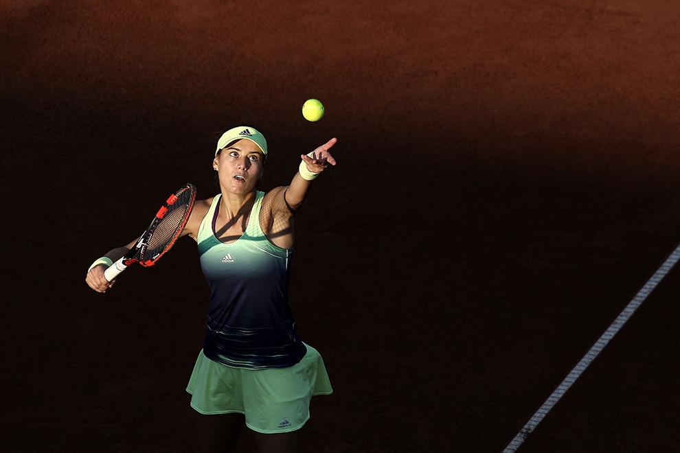 Sorana Cîrstea, locul 165 WTA, execută o servă în meciul cu Sesil Karatanceva (Bulgaria), din cadrul turneului de tenis feminin BRD Bucharest Open, miercuri, 15 iulie 2015.