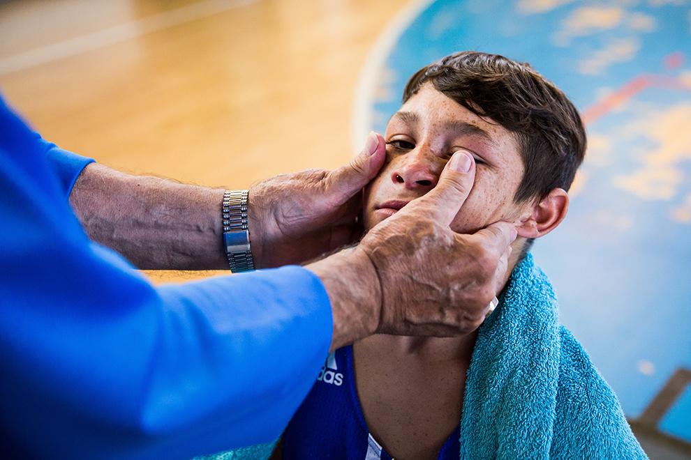 Un copil practicant al boxului se pregăteşte să intre în ring la Centura Păltiniş, la Sala de Sport a CSS Sibiu, vineri, 17 iulie 2015.