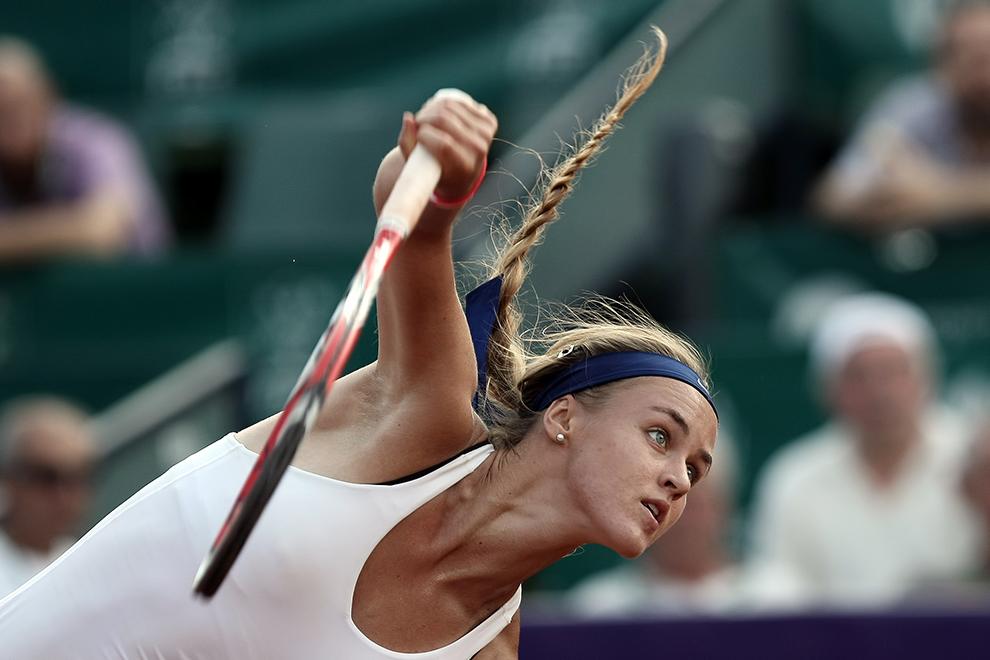 Anna Karolina Schmiedlova execută serviciul în meciul cu Polona Hercog, din cadrul turneului de tenis feminin BRD Bucharest Open, sâmbătă, 18 iulie 2015.