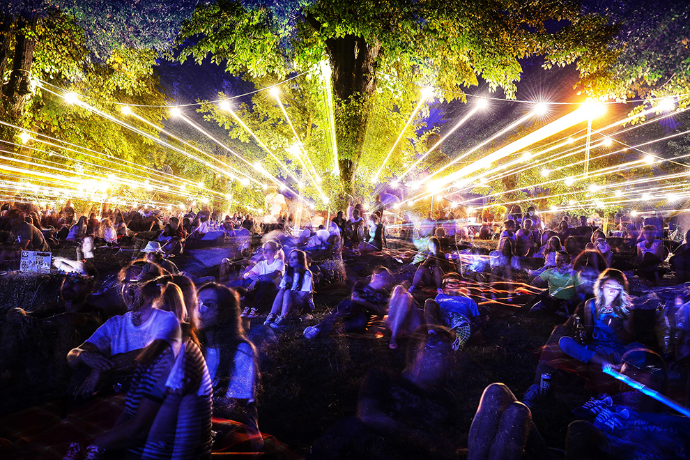 """Imagine cu expunere multiplă :Persoane asistă la proiecţiile din cadrul celei de a doua ediţii a festivalului de film în aer liber """"Arini Fest"""", în parcul """"Sub Arini"""" din Sibiu, duminică, 9 august 2015."""