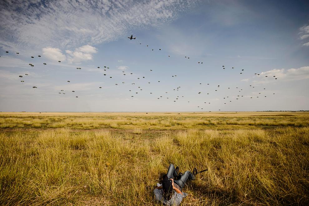Militari americani sar cu paraşutele în timpul exerciţiului multinaţional Swift Response 15, în cadrul căruia militari din Italia, Spania şi din Forţele Terestre ale SUA au executat un asalt aeropurtat, desfasurat la Poligonul Smârdan, judeţul Galaţi, miercuri, 26 august 2015.