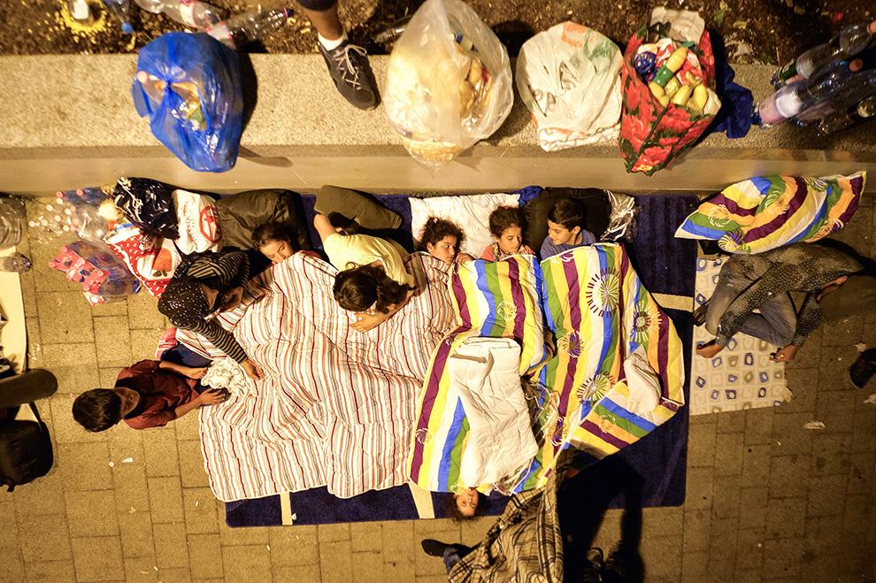 Copii dorm în piaţa din faţa Gării Keleti din Budapesta, Ungaria, miercuri, 2 septembrie 2015. Peste 2.000 de imigranţi, inclusiv familii cu copii, stau în piaţa din faţa Gării Keleti, din Budapesta, Ungaria.