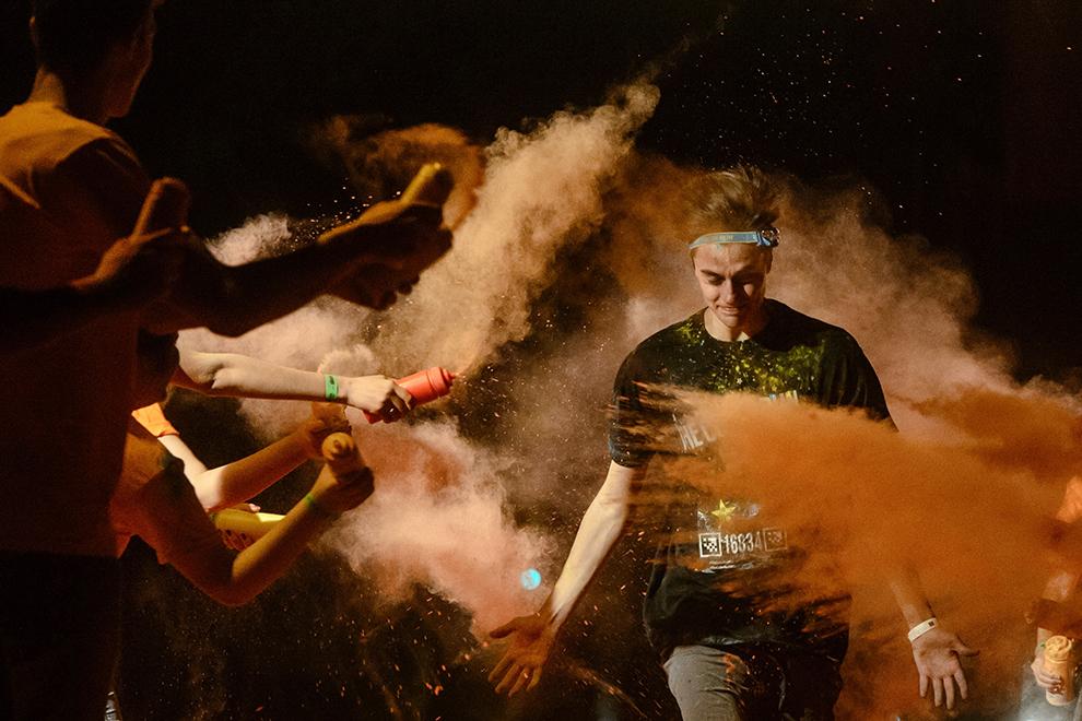 Un tânăr este stropit cu culori în timpul evenimentului The Color Run NIGHT, desfăşurat în Bucureşti, duminică, 13 septembrie 2015.
