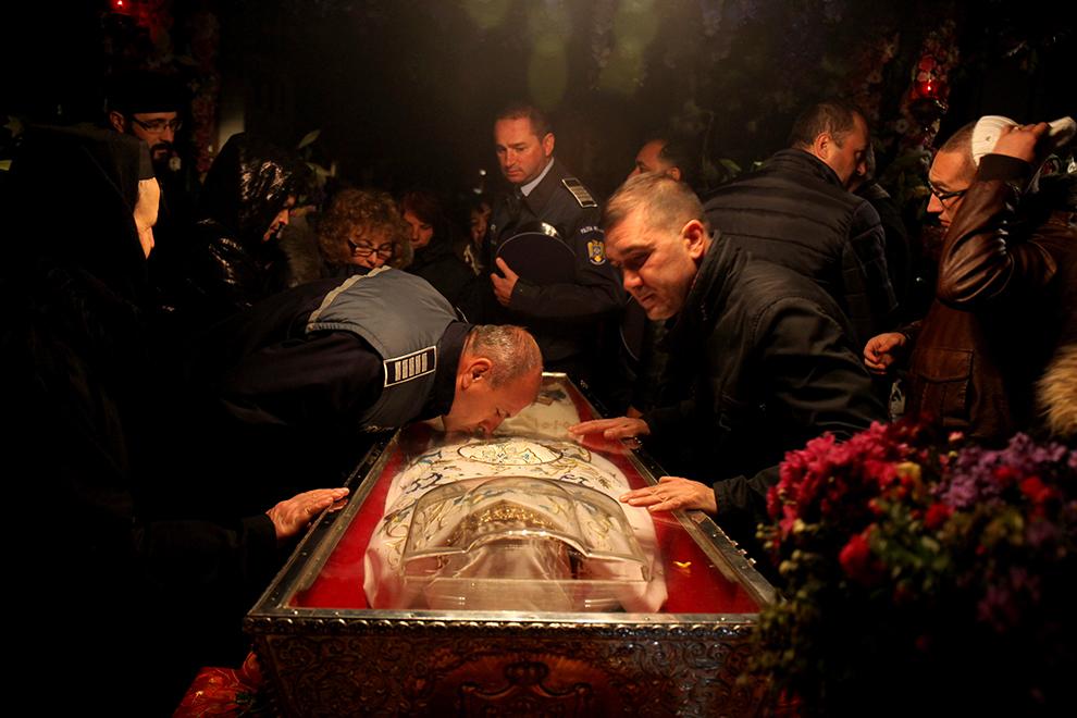 Un poliţist se roagă la moaştele Sfintei Parascheva, la Catedrala Mitropolitană din Iaşi, vineri, 9 octombrie 2015.