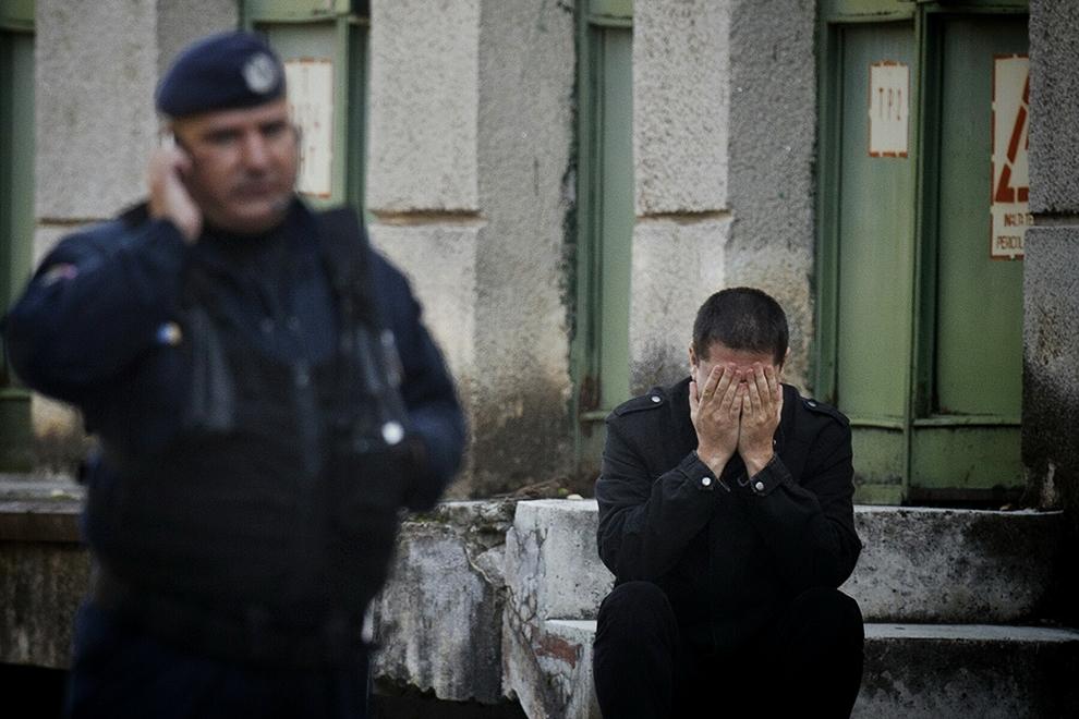 """Un bărbat reacţionează, în timp ce aşteaptă informaţii despre identificarea victimelor incendiului de la Club Colectiv, în faţa Institutului de Medicina Legală """"Mina Minovici"""" din Bucureşti, sâmbătă 31 Octombrie 2015."""