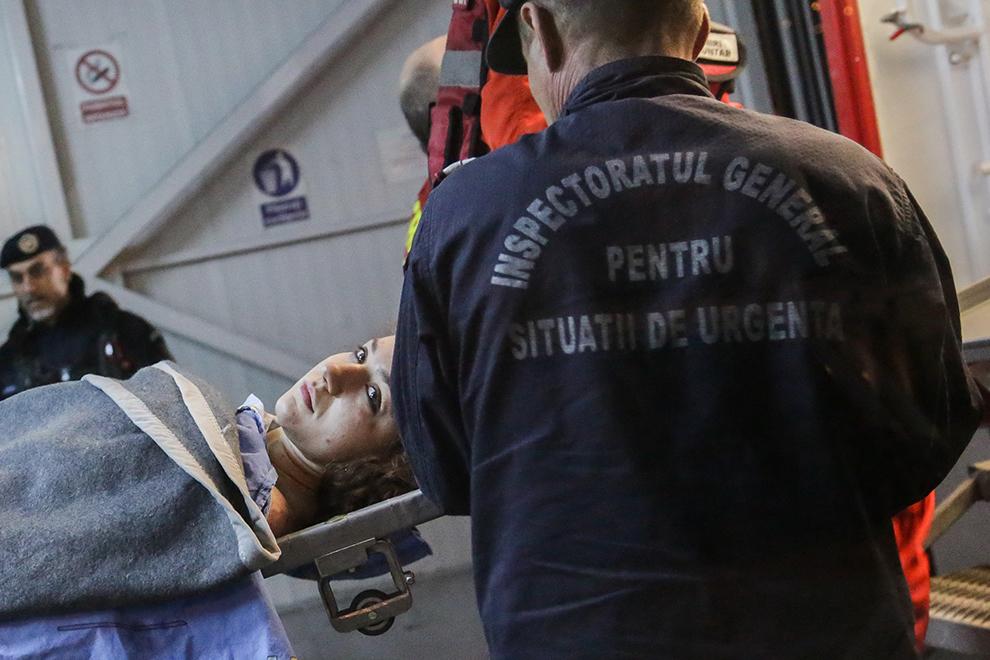 O tânără rănită în incendiul de la Club Colectiv este preluată de medicii Spitalului de Urgenţă Floreasca din Capitală, sâmbătă 31 Octombrie 2015.