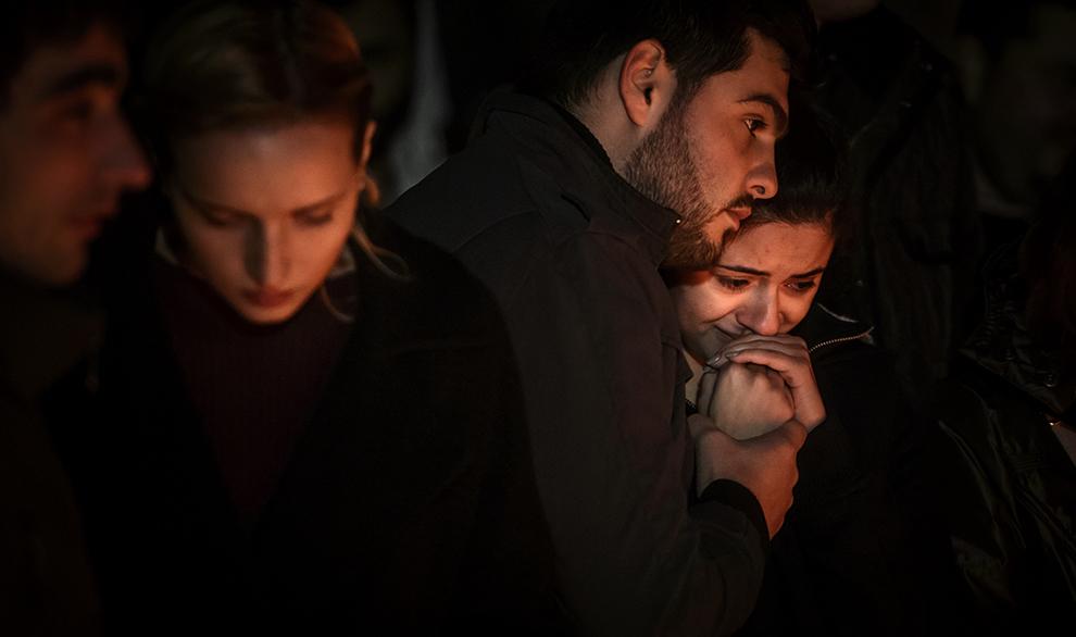 O tânără plânge în timp ce priveşte candele aprinse în memoria victimelor incendiului din Clubul Colectiv din Bucureşti, sâmbătă, 31 octombrie 2015.