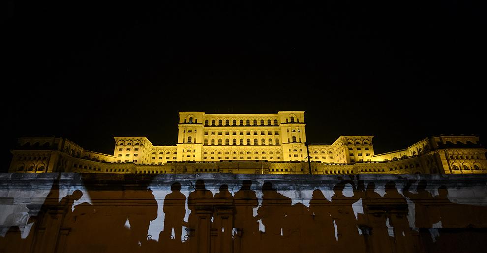 Umbrele protestatarilor sunt proiectate pe peretele unei intrari din Palatul Parlamentului, în timpul unui marş de protest împotriva clasei politice, în Bucureşti, miercuri, 4 noiembrie 2015.