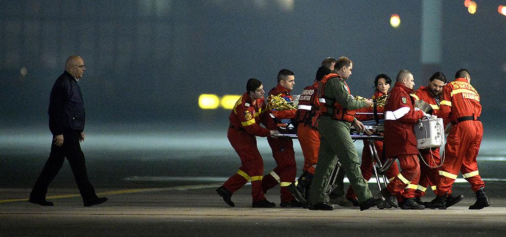 Secretarul de stat Raed Arafat supraveghează transferul uneia din victimele de la club Colectiv, ce este urcată la bordul aeronavei NATO care o va transporta la o clinică din strainatate, duminică, 8 noiembrie 2015.