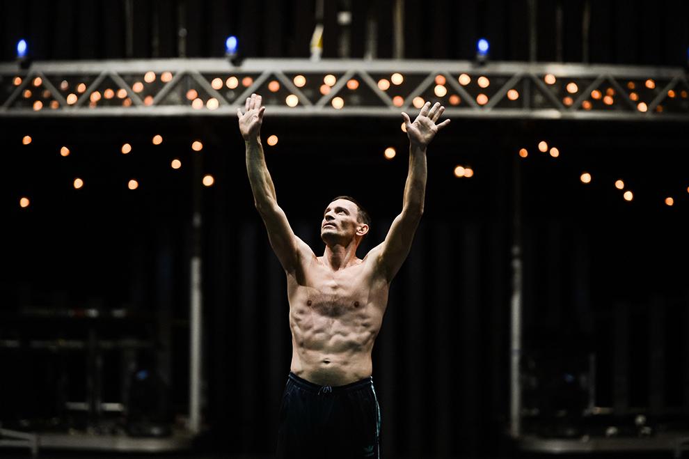 """Un artist al companiei Cirque du Soleil evoluează în timpul repetiţiilor pentru spectacolul """"Quidam"""", desfăşurate la complexul Romexpo din Bucureşti, miercuri, 28 ianuarie 2015."""