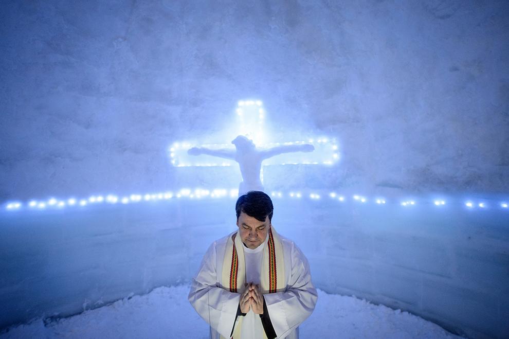 Călugărul franciscan romano-catolic, Iulian Misariu se roagă la finalul slujbei ecumenice de sfinţire a Bisericii de Gheaţă din Bâlea Lac, munţii Făgăraş, jud. Sibiu, joi, 29 ianuarie 2015.