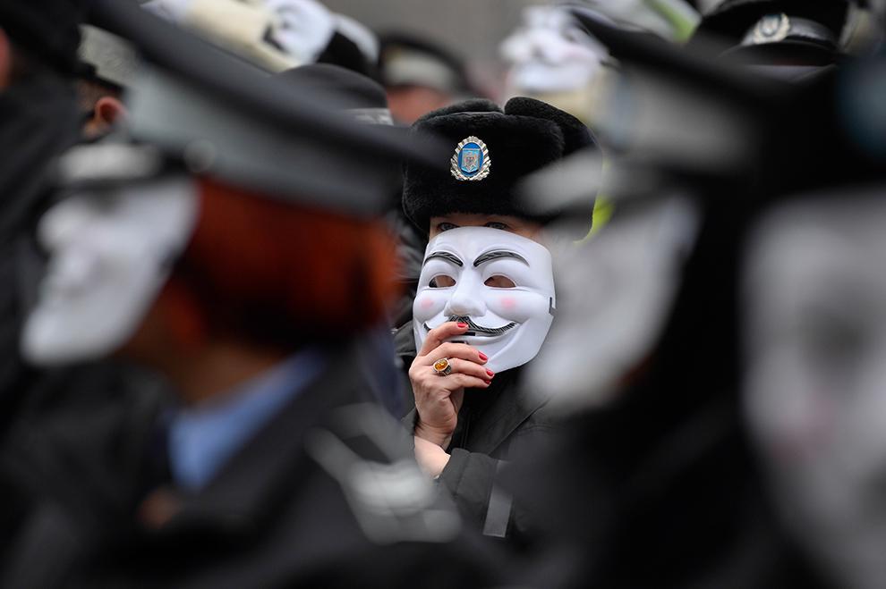 Agenţi ai Poliţiei Locale protestează în Piaţa Constituţiei din Bucureşti, luni, 16 februarie 2015.