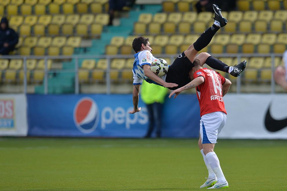 Henrique Fernando De Jesus de la FC Viitorul se luptă pentru balon cu Doru Mihai Pintilii de la Pandurii Tg. Jiu în meciul din etapa a XXII-a a Ligii I, disputat în Chiajna, joi, 19 martie 2015.