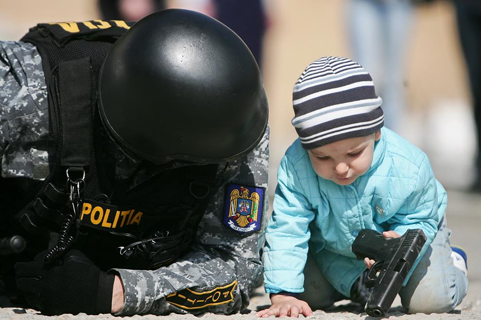 Un copil participă la o demonstraţie a politiştilor, cu ocazia Zilei Poliţiei Române, în Timişoara, marţi, 24 martie 2015.