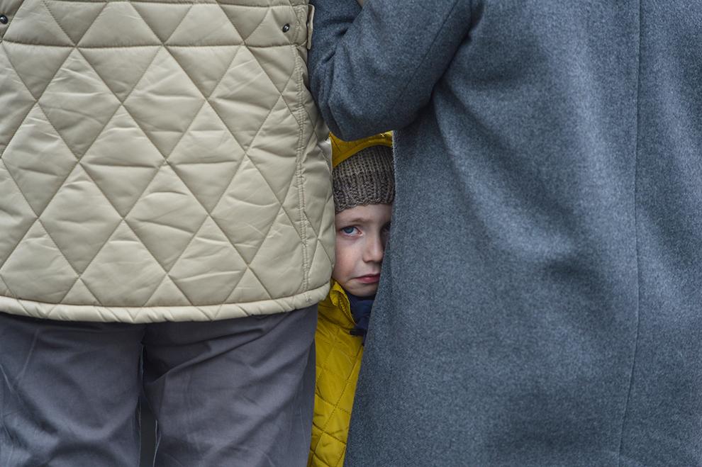 O fetiţă plânge în timpul procesiunii de Florii, organizată de Arhiepiscopia romano-catolică de Bucureşti, în Bucureşti, duminică, 29 martie 2015.