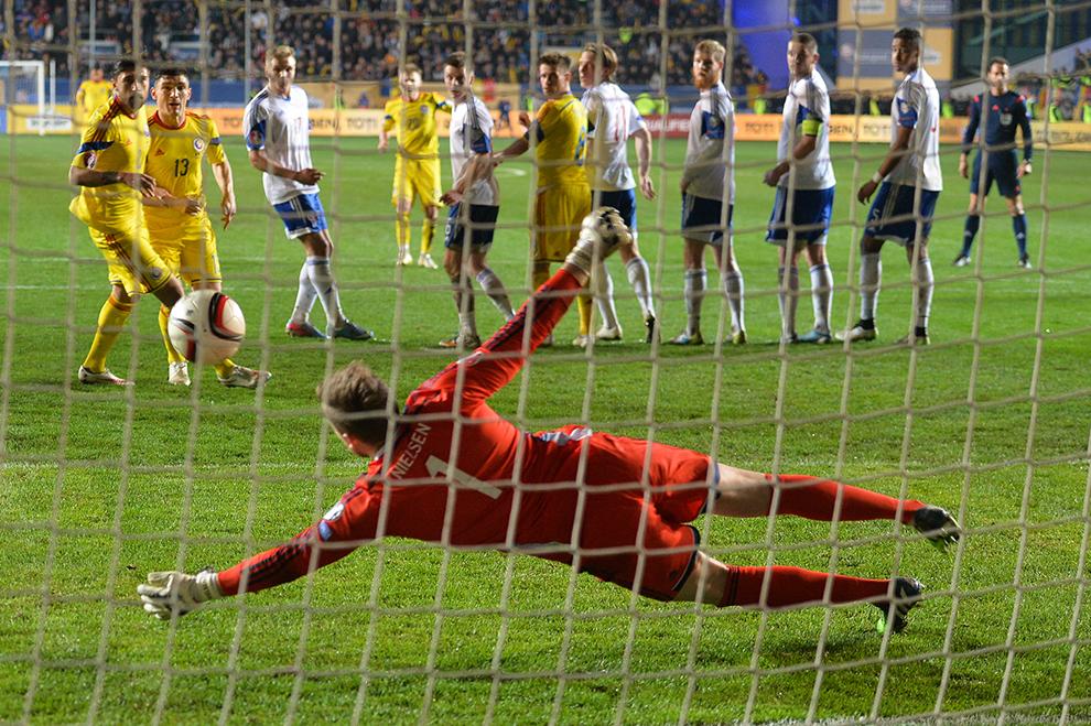 Portarul Gunnar Nielsen respinge mingea în timpul meciului România – Insulele Feroe din grupa F a preliminariilor Campionatului European din 2016, pe stadionul Ilie Oană din Ploieşti, duminică, 29 martie 2015