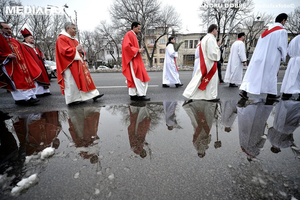 Credinciosi, persoane consacrate si preoti din comunitatile si parohiile romano-catolice si greco-catolice din Bucuresti au participat duminica, 25 martie 2018, la traditionala Procesiune de Florii.